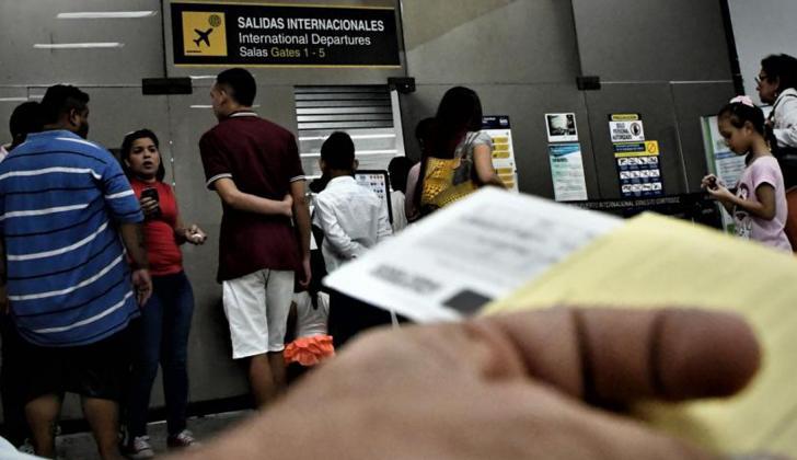 Una persona porta su tiquete aéreo en uno de los aeropuertos del país.