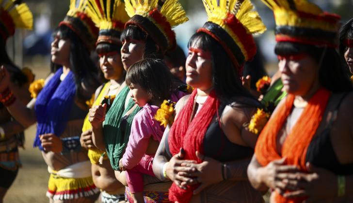 Mujeres indígenas brasileñas marchan hacia la oficina del Ministerio de Salud durante una protesta contra los recortes presupuestarios, en Brasilia.