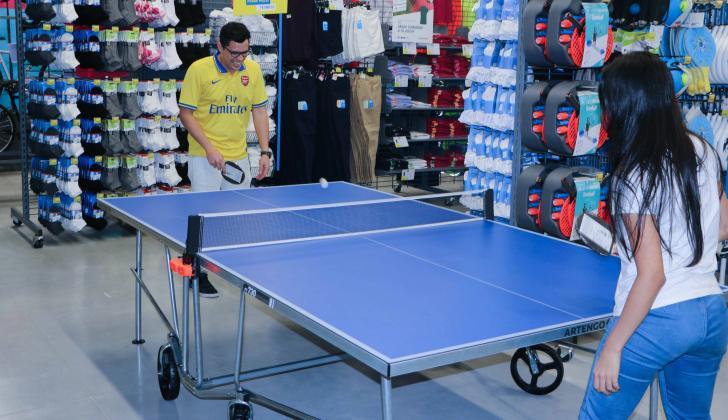 Clientes juegan en el almacén especializado en artículos deportivos Decathlon.