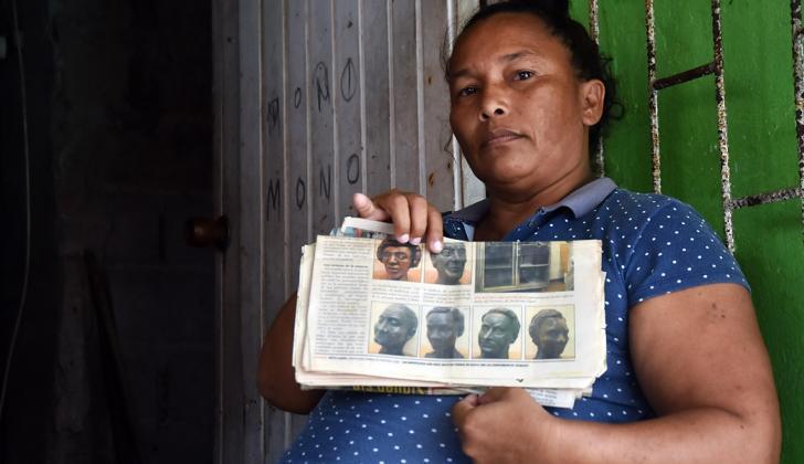 Jacqueline sostiene el diario con la nota de 2008.