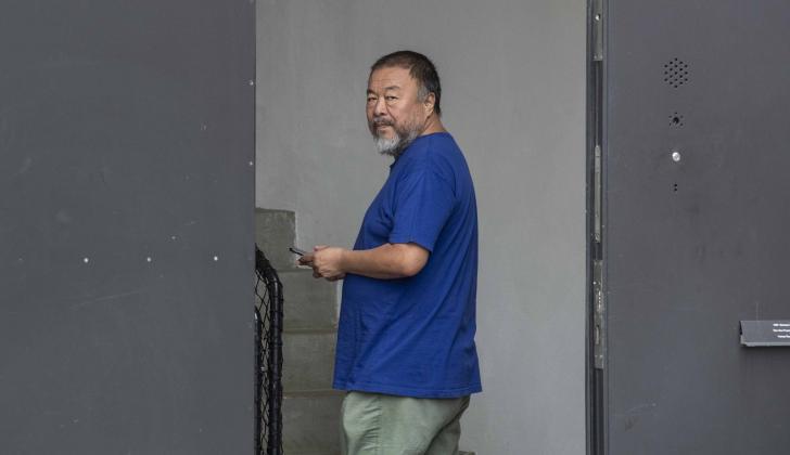 Ai Weiwei entra a su estudio que está instalado en una antigua fábrica de cerveza de Berlín.