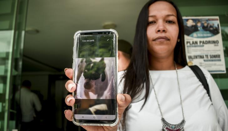 Dayanne Martínez, madre de María Fernanda, muestra una foto de Tommy.
