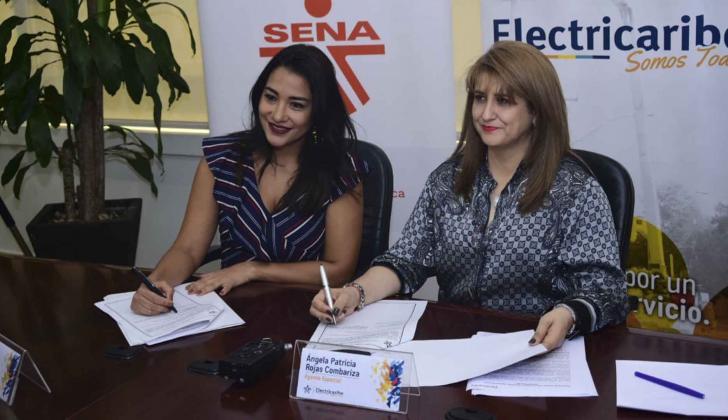 Jacqueline Rojas (izq) y Ángela Rojas Combariza en la firma del convenio.