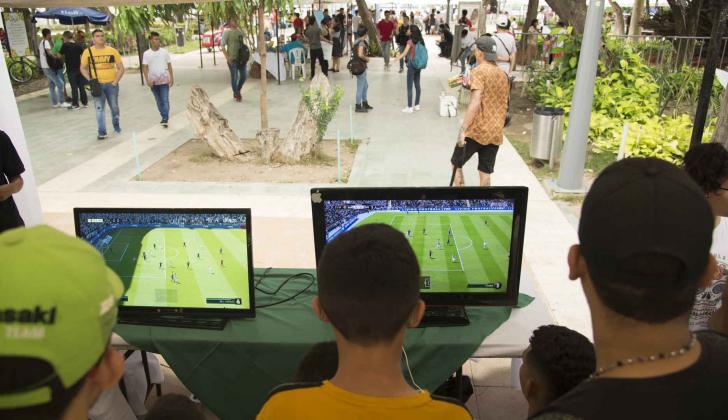 Un grupo de jovenes juegan amistosos de Fifa 19.