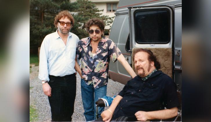 Bob Dylan posa en su quincuagésimo cumpleaños en 1991 con Louie Kemp y otro amigo.