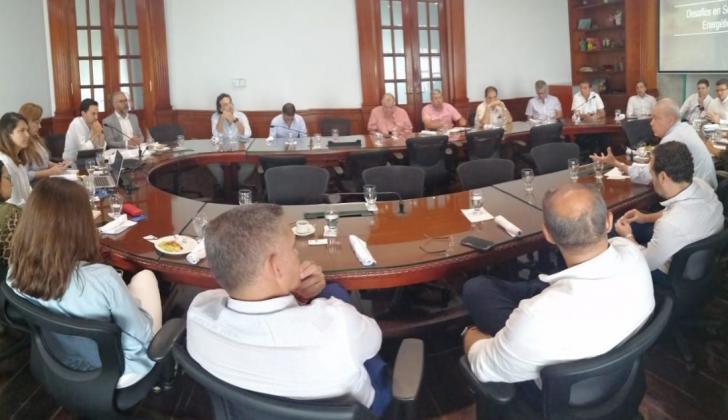 Encuentro de una decena de empresarios y representantes de gremios, Distrito con el viceministro de Energía, Diego Mesa (iz) en la Cámara de Comercio.