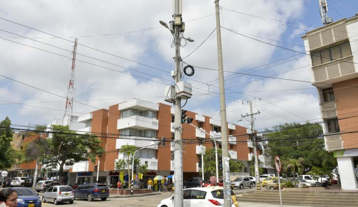 Vista de una antena con cilindros en la calle 72 de Barranquilla.