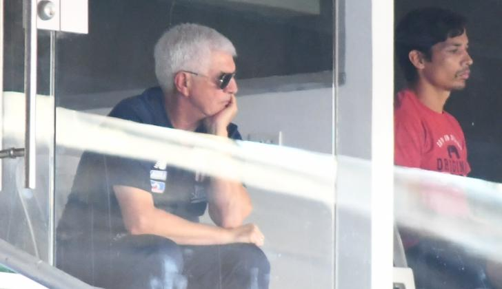 Julio Avelino Comesaña viendo el partido desde un palco, muy cerca al chileno Matías Fernández.