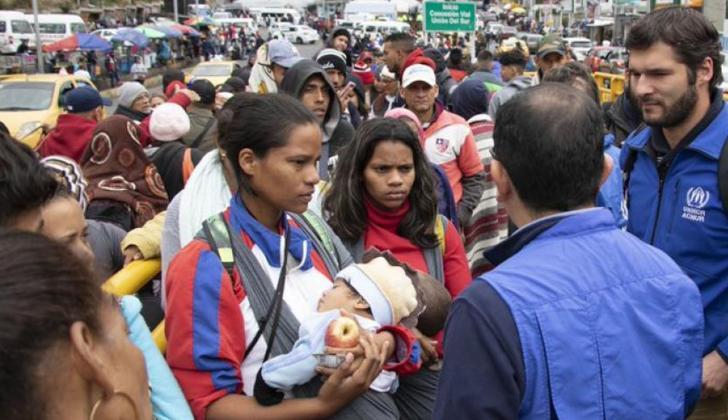 Venezolanos tramitando su entrada a Ecuador.