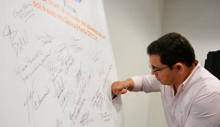 Rafael Martínez, alcalde de Santa Marta, firma su compromiso público.