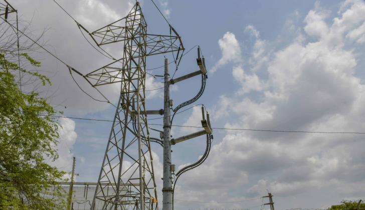 Una de las torres de energía eléctrica ubicada en un barrio de Barranquilla.