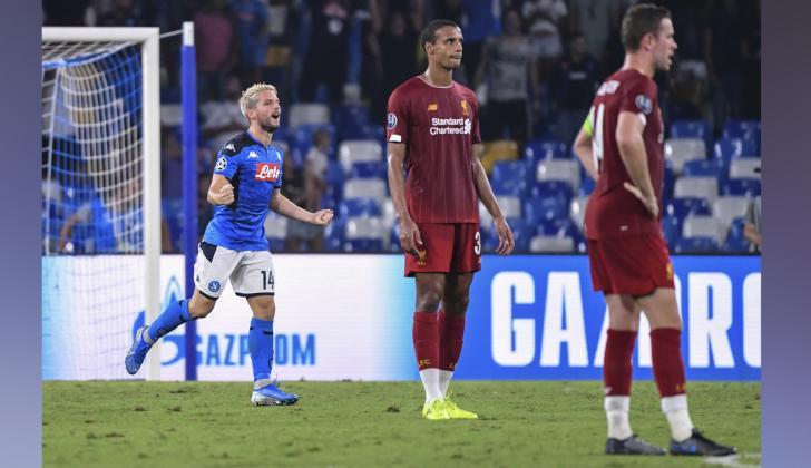 El delantero belga de Napoli, Dries Merten celebra después de anotar un penal durante el partido de fútbol del Grupo E de la UEFA Champions ante el Liverpool.