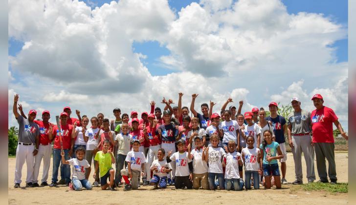 Algunos de los 140 pequeños beisbolistas con los que cuenta la Fundación Prospectos del Futuro (PDF).
