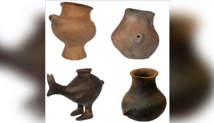 Vasijas de arcilla similares a los biberones.