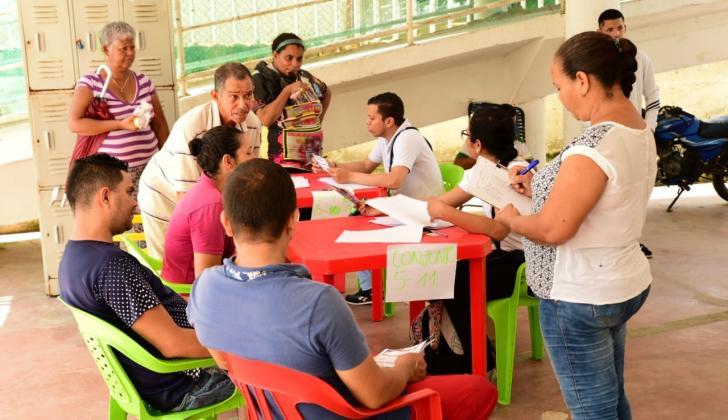 Funcionarios de Electricaribe explican a varios residentes de Las Gardenias los mecanismos para pagar la deuda.