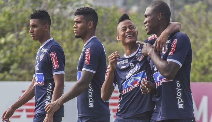 El barranquillero Luis 'El Chino' Sandoval sonríe junto a Germán Mera. En la imagen los acompañan Gabriel Fuentes y Rafael Pérez.