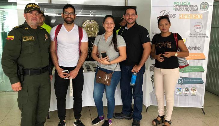 A Ximena Ramos (en el centro) y a otros ciudadanos les devolvieron los celulares que les habían robado.