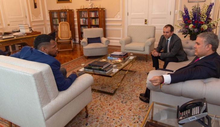 El atleta del registro del Atlántico, Anthony Zambrano, dialogando con el presidente Iván Duque Márquez.