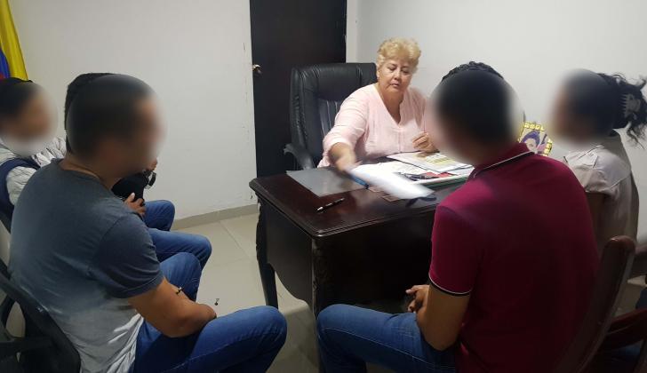 La juez de paz María Ramos junto a Beatriz, Edgardo y sus dos hermanos durante la audiencia de conciliación por el caso.