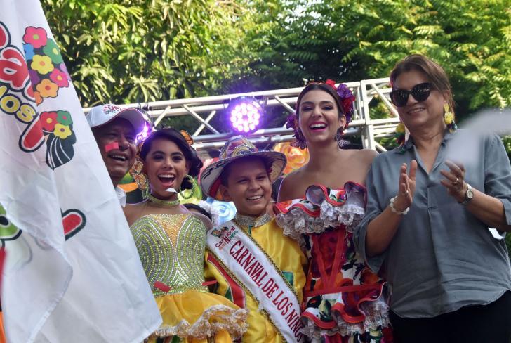 Los reyes de los niños en compañía de Carolina Segebre, reina del Carnaval de Barranquilla, y la directora Carla Celia, durante la izada de bandera.