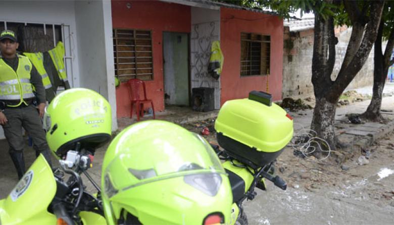 Uniformados de la Policía Metropolitana hacen guardia en la casa de William Orozco.