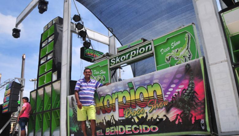 Cesar Mercado, junto a  la estructura del Skorpion Disco Show, el picó de su propiedad y uno de los más taquilleros.