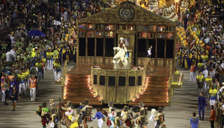La imagen muestra el 'show' del grupo 'Unidos da Tijuca', en el segundo día de los famosos desfiles de escuelas de samba del Carnaval de Brasil.