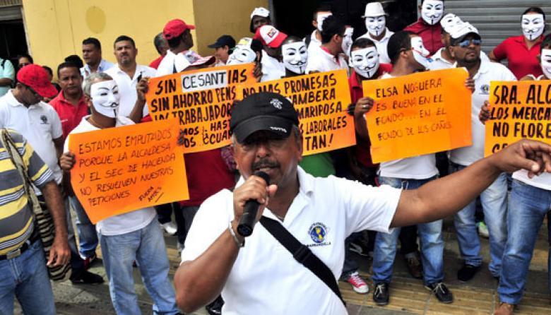 Trabajadores de mercados públicos protestan por falta de pagos