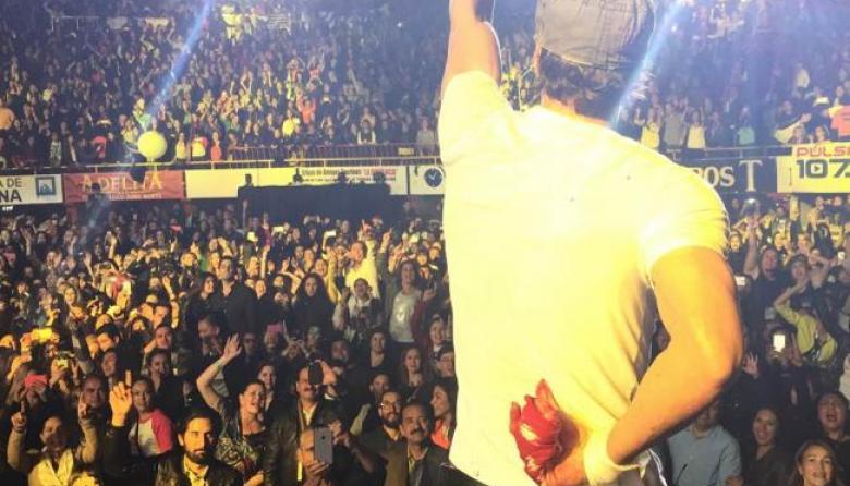 Enrique Iglesias se cortó varios dedos con un dron durante un concierto en Tijuana