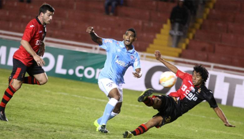 El cuarto gol de Melgar, anotado por el lateral Jonathan Acasiete al borde del área chica. Narváez no pudo evitarlo.