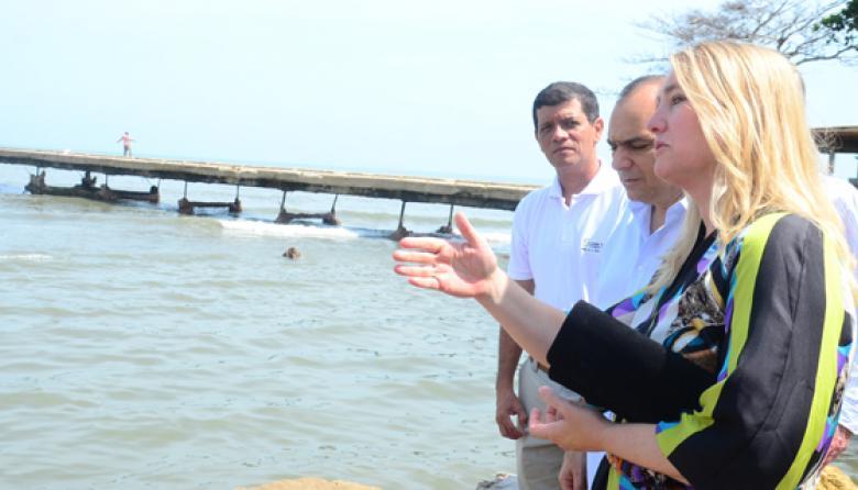 La ministra holandesa, Melanie Schultz, hablando sobre la erosión costera, cerca al muelle de Puerto Colombia.