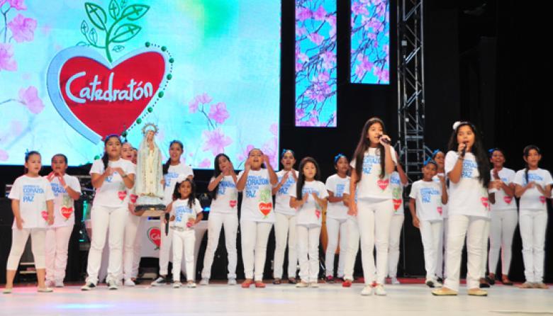El coro de 40 niños dio inicio a la jornada que se desarrolló en el Salón Jumbo del Country Club en Barranquilla.
