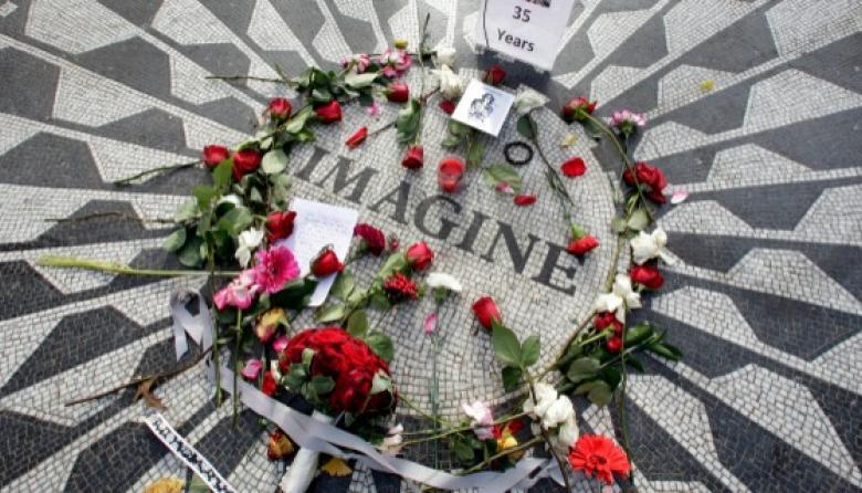 'Strawberry Fields', en Central Park, se llenó de flores para homenajearlo.