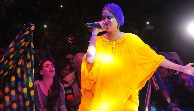 Li Saumet, de Bomba Estéreo, interpretó 'Agua Salá' y 'Fiesta' al cierre del evento cultural.