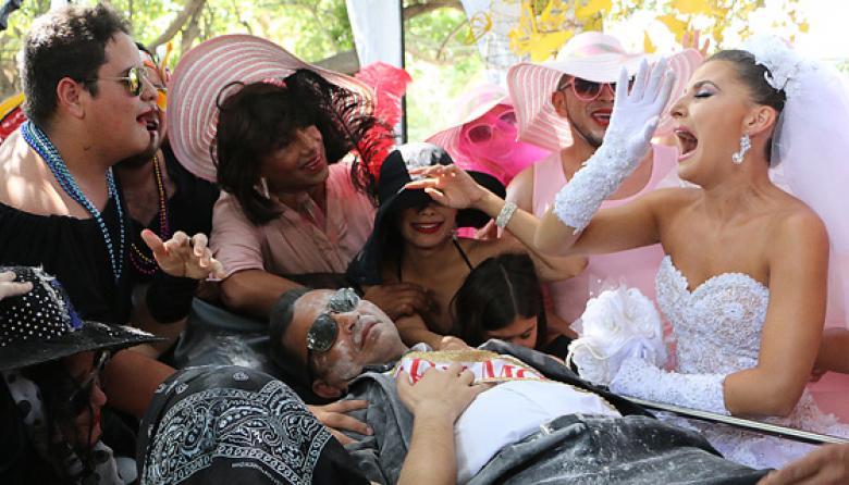 La reina del Carnaval, en el Parque de los Fundadores, llora la partida de su prometido, Joselito Carnaval, en medio de la multitud.