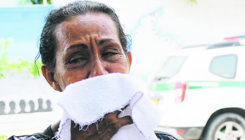 María Dolores Núñez, madre del interno, llora en las afueras de Medicina Legal.