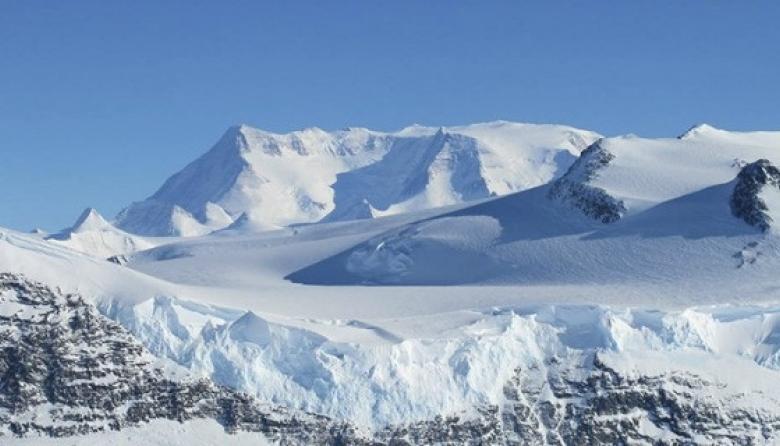 Argentina impulsará los vuelos turísticos a la Antártida