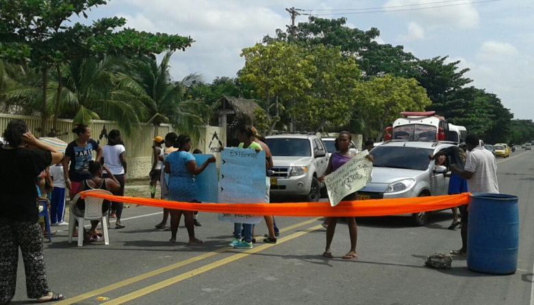 """Padres de familia de la Institución Técnica de La Boquilla protestan por """"malas condiciones del plantel""""."""