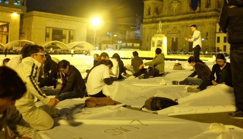 Gigantesca bandera blanca con nombres de las víctimas cubre plaza de Bolívar