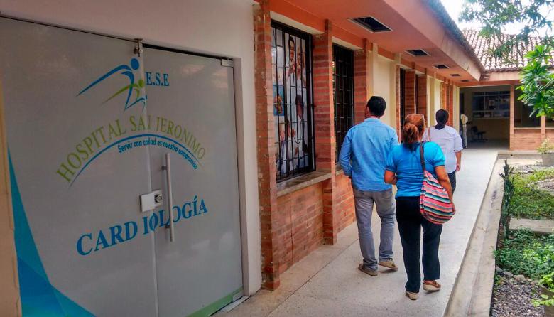 Personas caminan al interior del centro asistencial.
