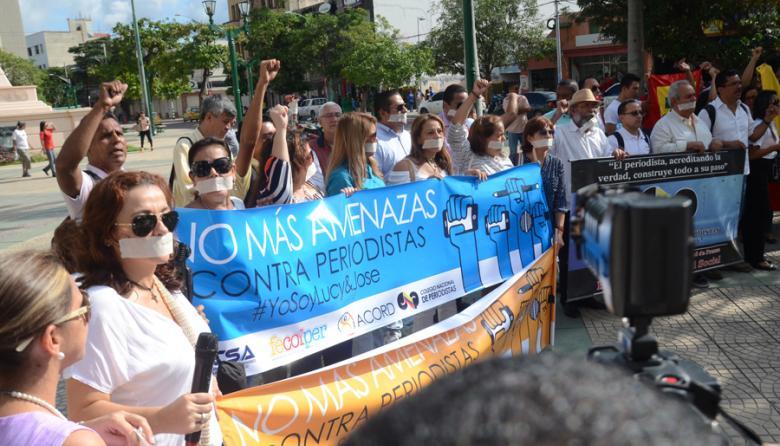Periodistas, con tapabocas y pancartas, rechazaron las amenazas contra Lucy Flórez Arrieta.