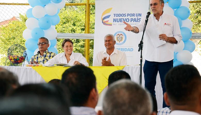 El gobernador del Atlántico, Eduardo Verano, explica los proyectos que se van a ejecutar. Lo escucha la directora del DPS, Tatyana Orozco.