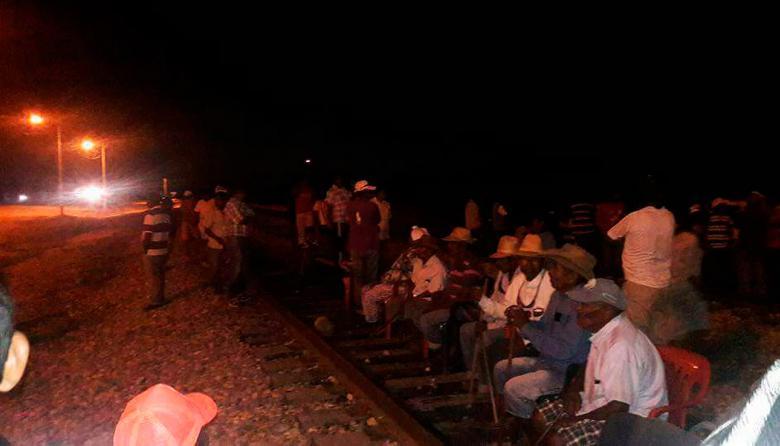 Líderes wayuu protestan en la vía férrea.
