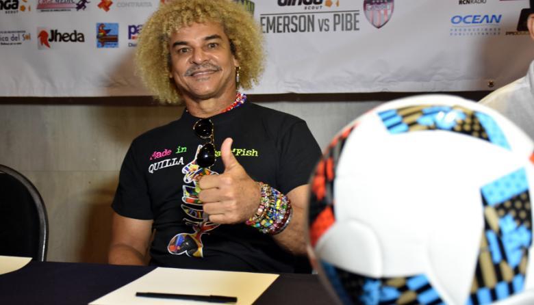 'El Pibe' saluda al lente de EL HERALDO en la rueda de prensa del amistoso denominado 'Duelo de capitanes'.
