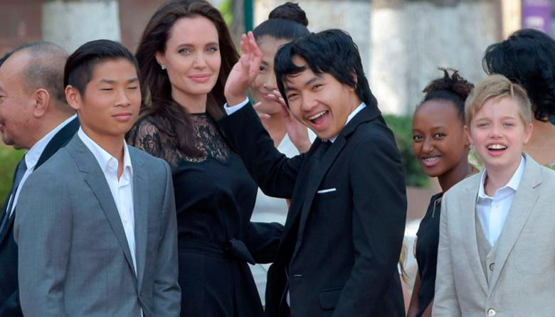 Angelina Jolie e hijos durante el estreno de su filme.