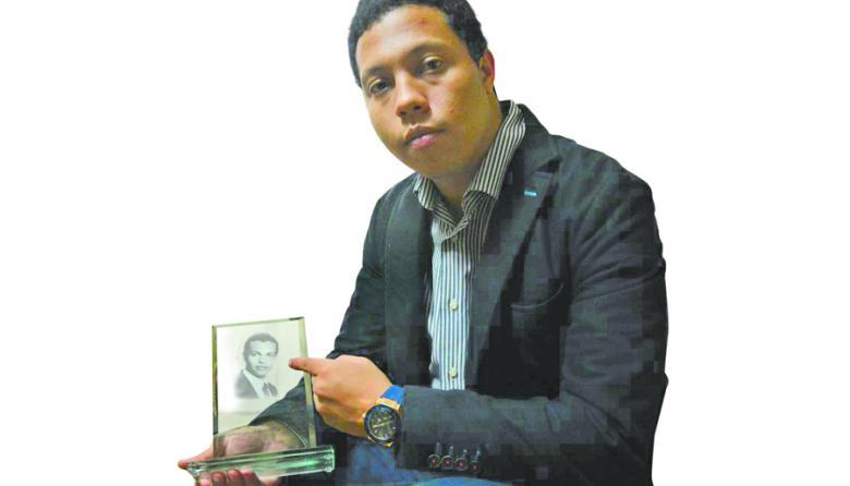 Jorge con una foto de su hermano mayor, Luis Andrés.
