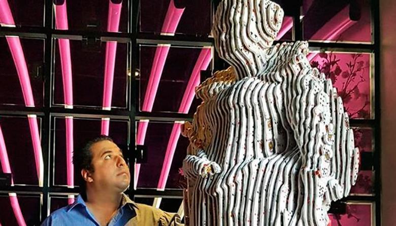 Artista colombiano expone estatua de Isabel II a base de naipes y dados