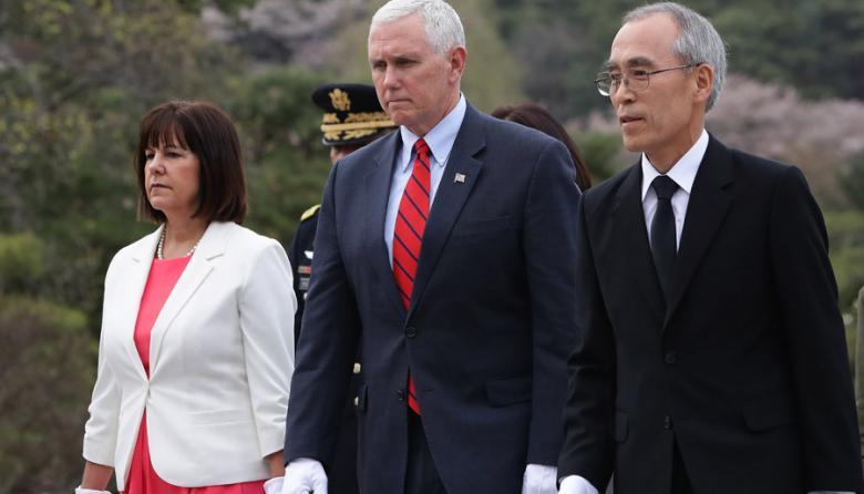 El Vicepresidente de EEUU,  Mike Pence (C) y su esposa Karen Pence, en Seúl.