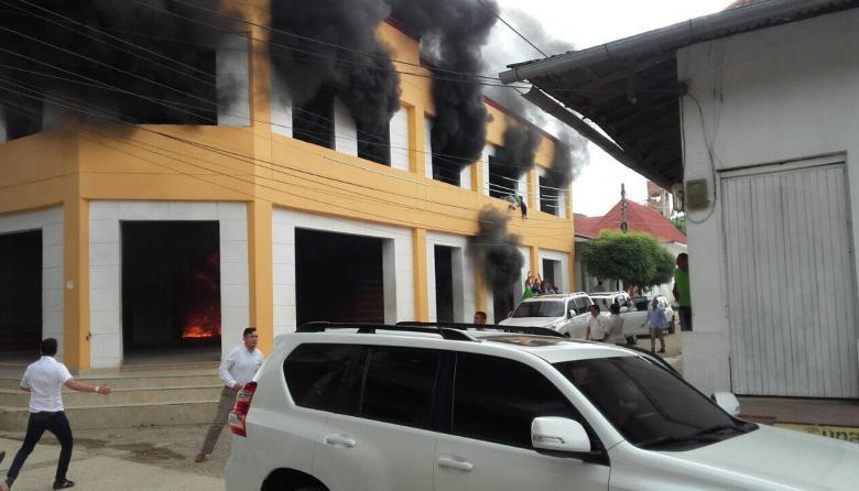 Imágenes del voraz incendio en la sede de la alcaldía.