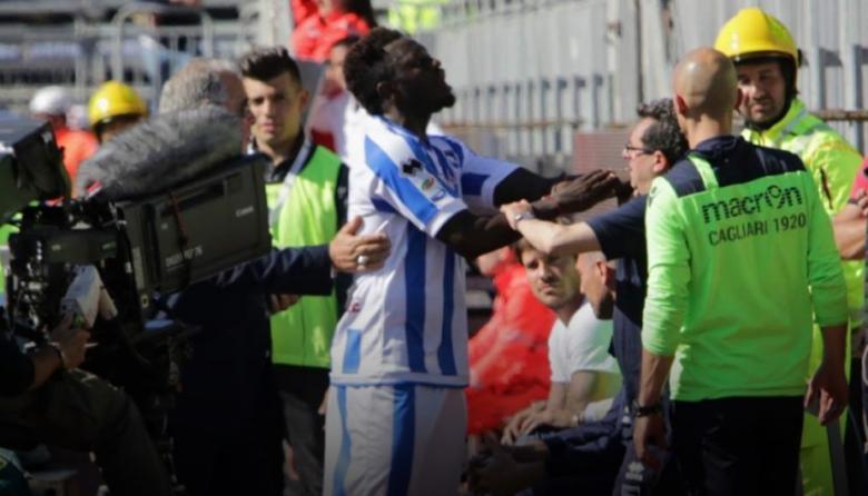 Sulley Muntari se agarraba su brazo y señalaba a los aficionados que estaban en las tribunas que su color de piel es negro.
